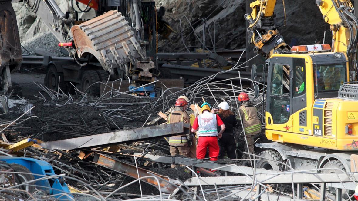 Záchranáři prohledávají trosky zříceného mostu v Trondheimu