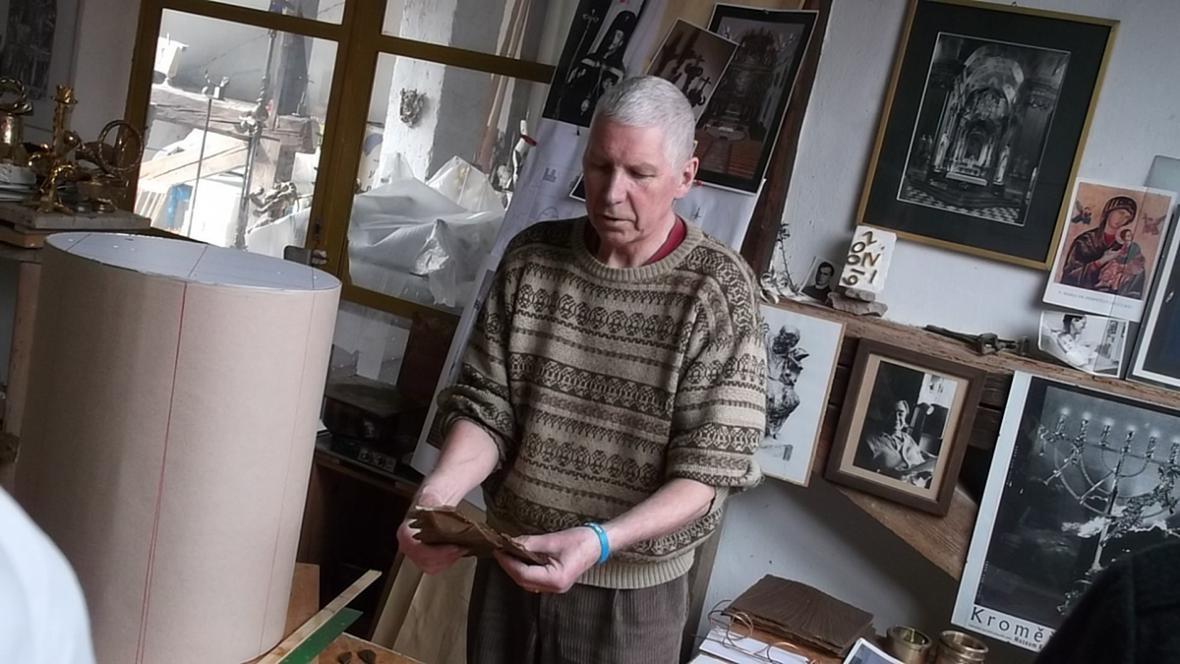 Sochař Otmar Oliva ve svém ateliéru na Velehradě
