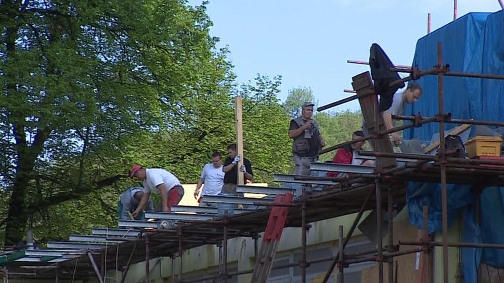 Dělníci pracují na stavbě už od rána