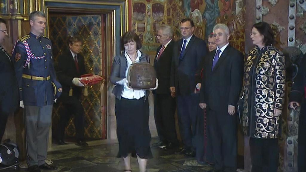 Pracovníci Pražského hradu vynášejí korunovační klenoty