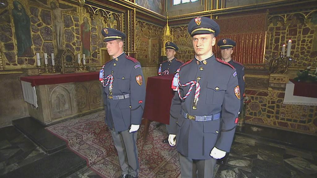 Hradní stráž přenáší korunovační klenoty