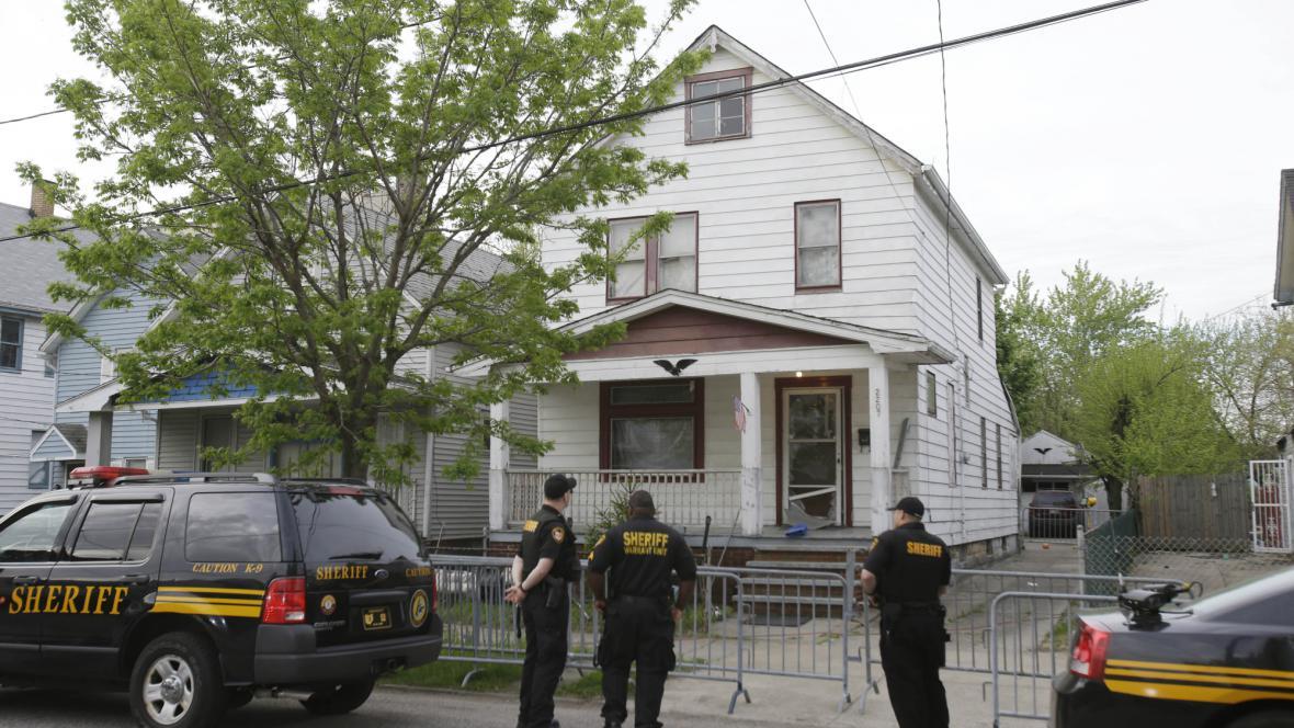 Policie před domem, ve kterém strávily ženy deset let