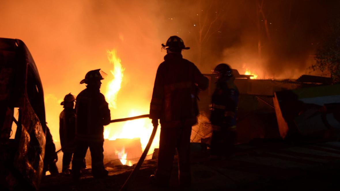 Hasiči u požáru po výbuchu cisterny