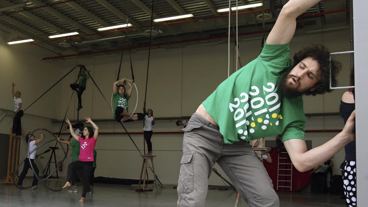 Studenti turínské cirkusové školy Flic