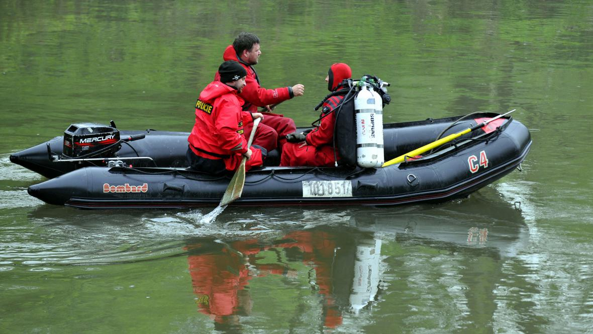 Policisté a hasiči pátrají po vodácích