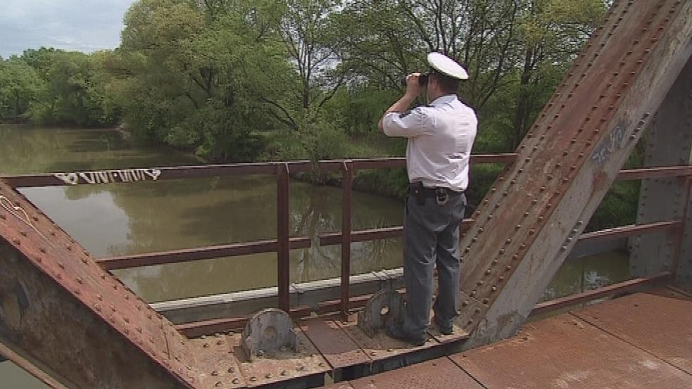 Policista monitoruje řeku