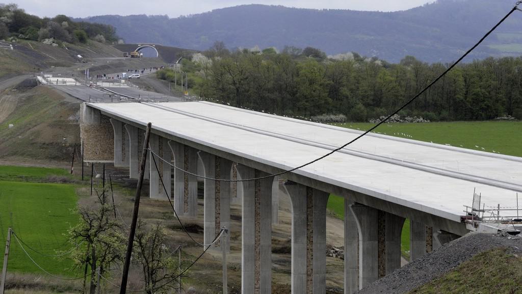 Stavba mostu na dálnici D8