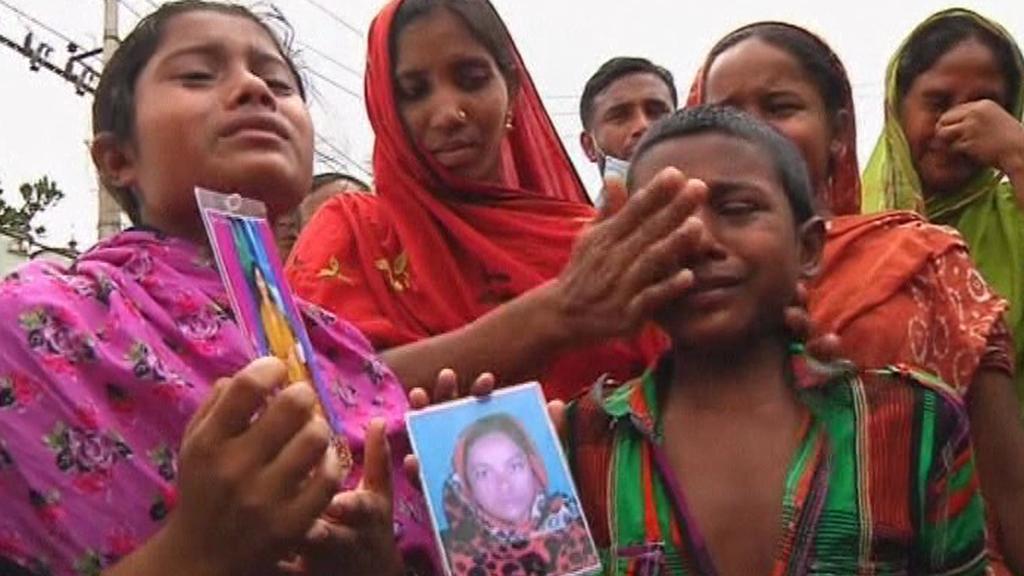 Příbuzní nezvěstných s fotografiemi svých blízkých