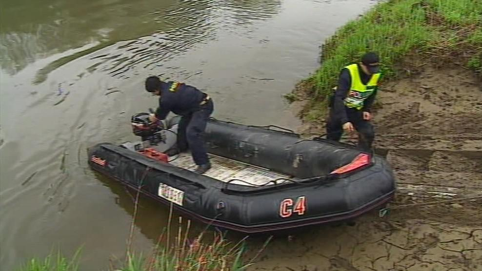 V pátrání pomáhají potapěči i hlídky v člunech