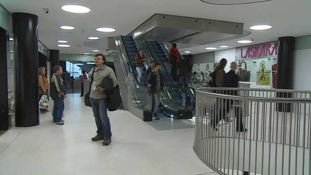 Osm nadzemních a dvě podzemní podlaží jsou spojena eskalátory