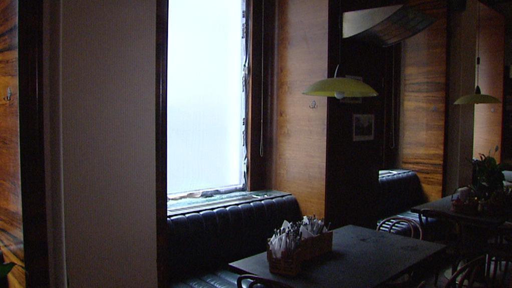 Okna v kavárně jsou provizorně zabezpečena