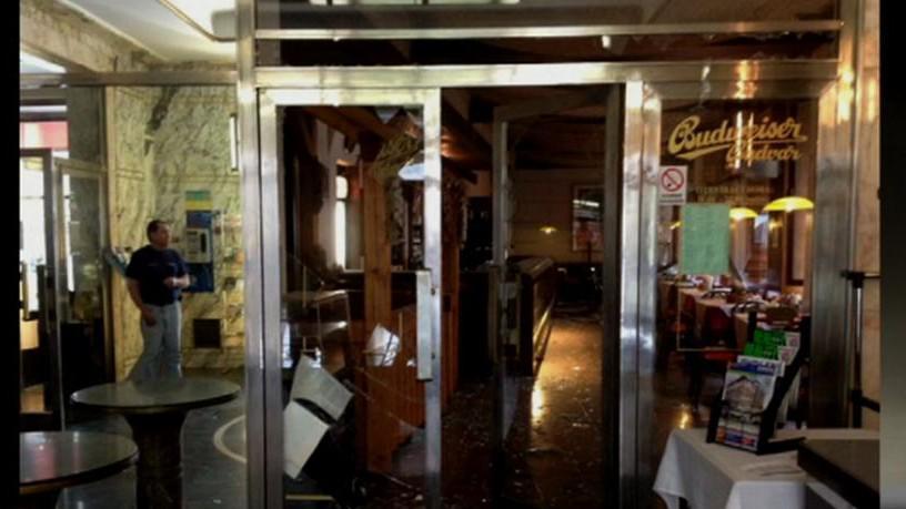 Poničený interiér kavárny