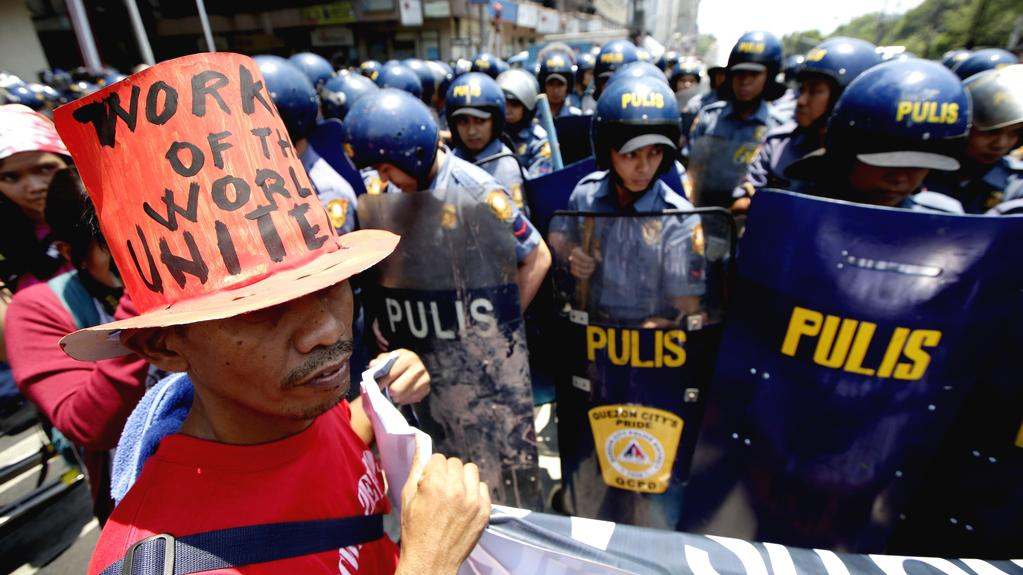Policie dohlíží na průvod v Manile