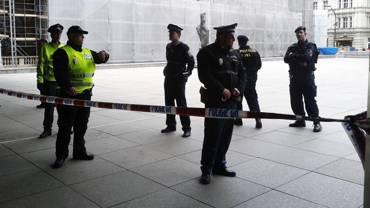 Policie před Národním divadlem po výbuchu v Divadelní ulici