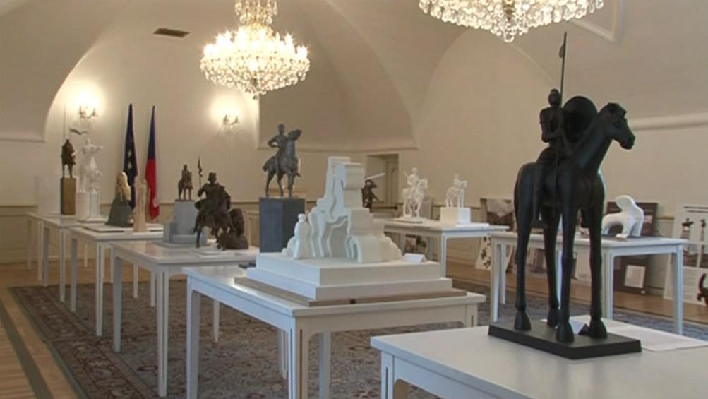 Vítězný návrh jezdecké sochy Jošta Moravského (vpravo)