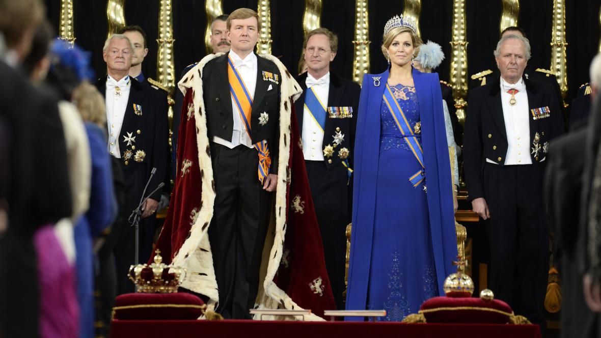 Král Willem-Alexander a královna Máxima - v popředí královské klenoty a ústava