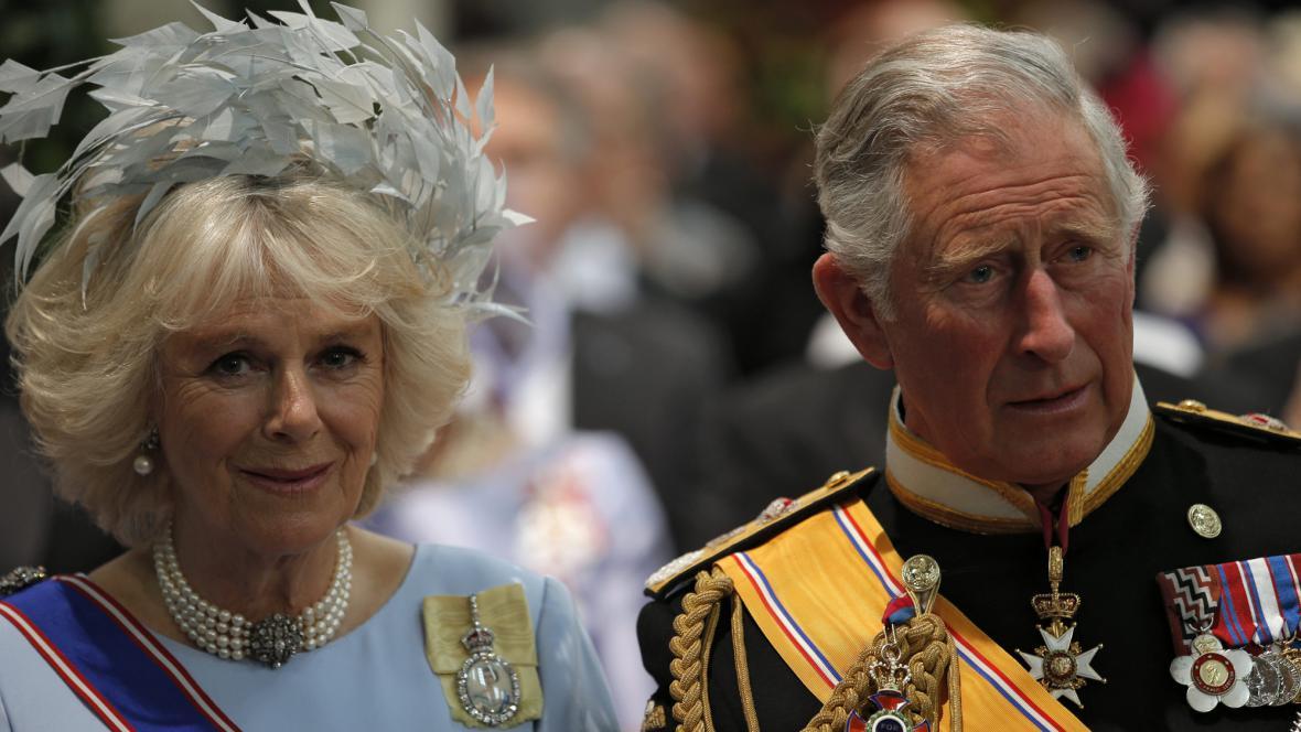 Princ Charles s manželkou Camillou na inauguraci nizozemského krále