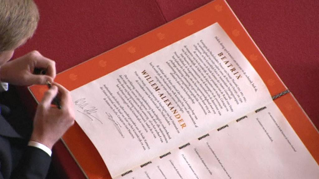 Willem-Alexander připojil podpis pod abdikační listinu královny Beatrix