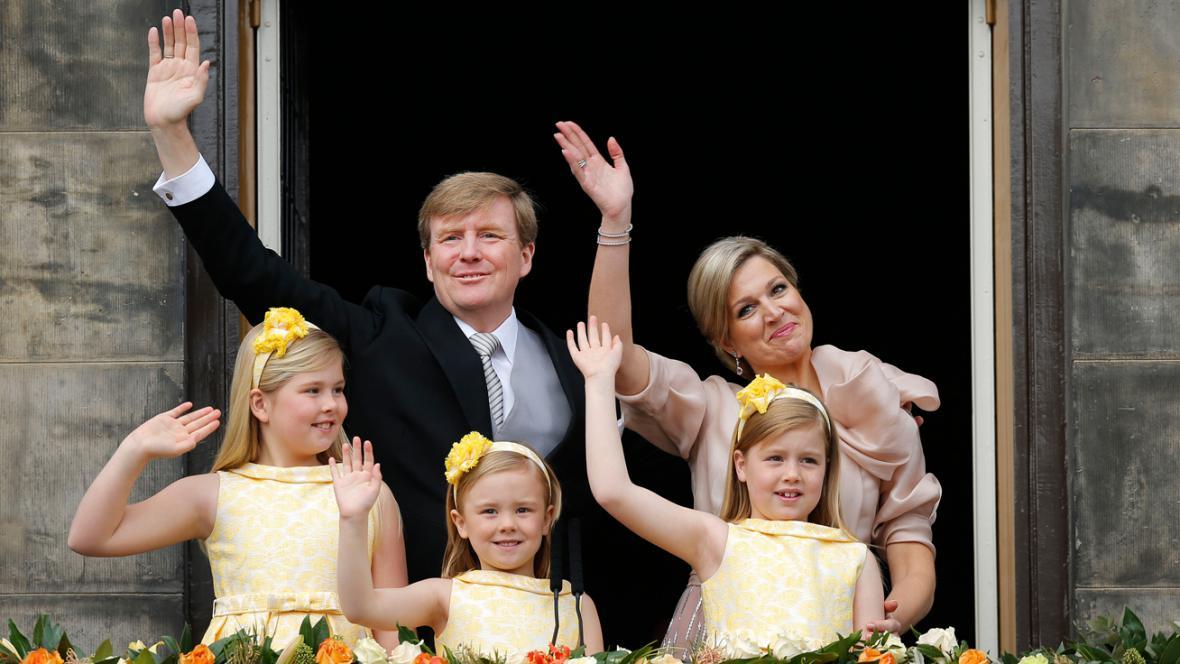 Nizozemský král Willem-Alexander s rodinou zdraví davy před královským palácem