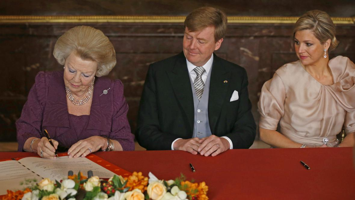 Královna Beatrix podepisuje svou abdikaci