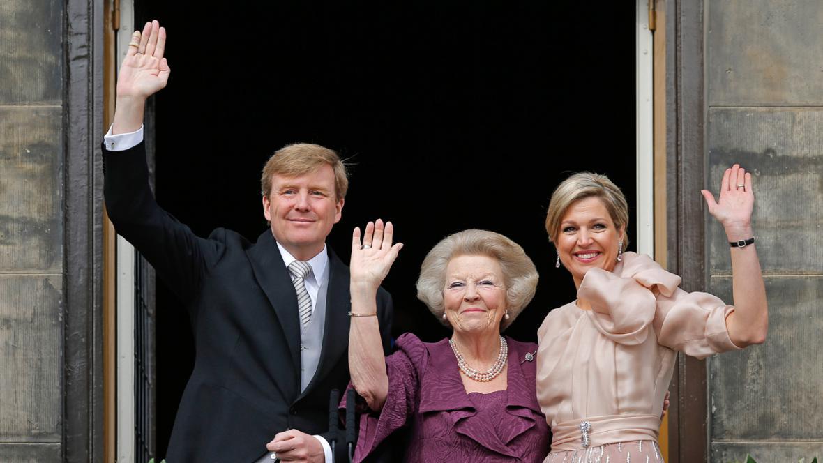 Král Willem-Alexander, jeho matka Beatrix a jeho žena Máxima