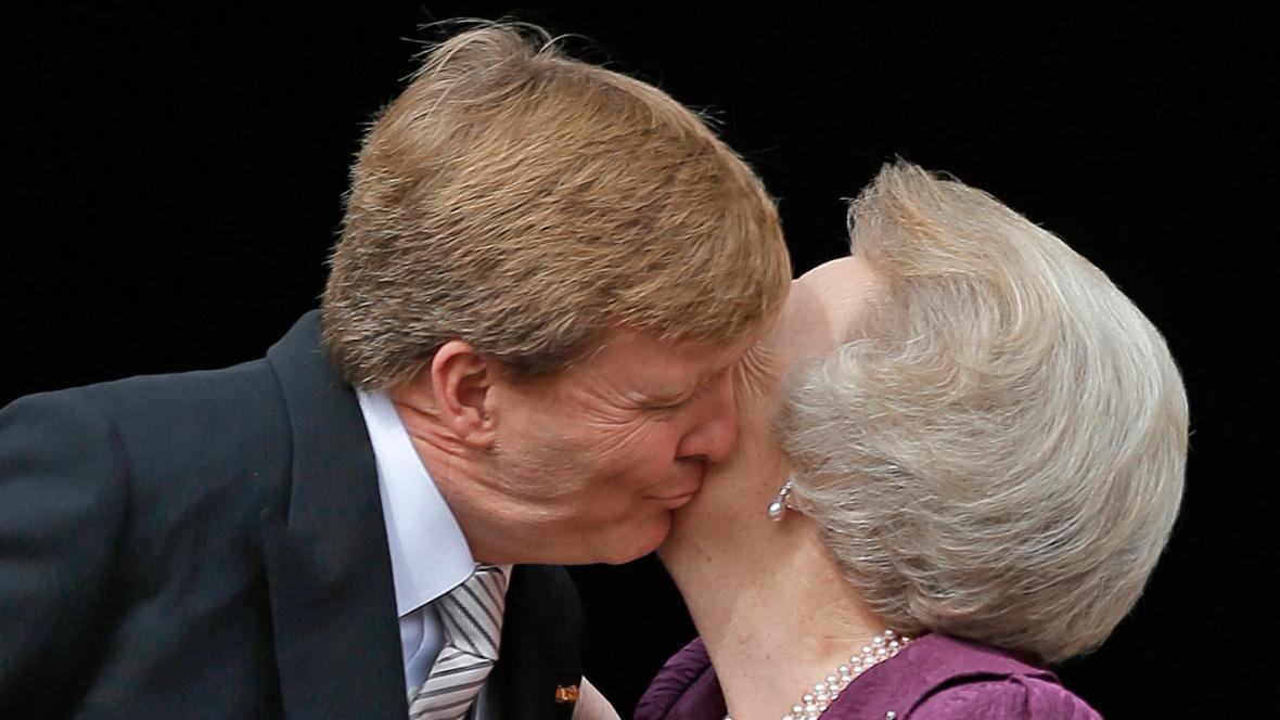 Nový král Willem-Alexander a jeho matka Beatrix před královským palácem