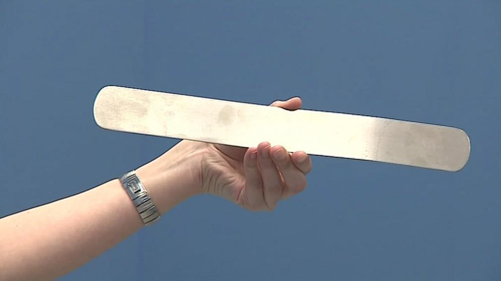 Špachtle je dlouhá 28 centimetrů a široká 6 centimetrů