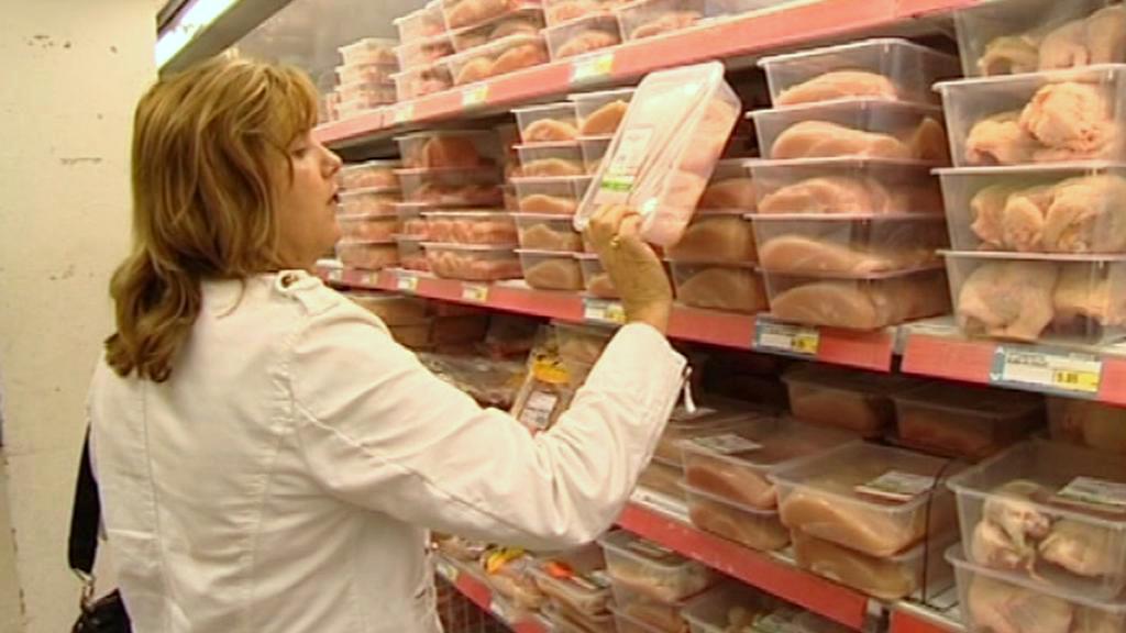 Zákaznice vybírá maso