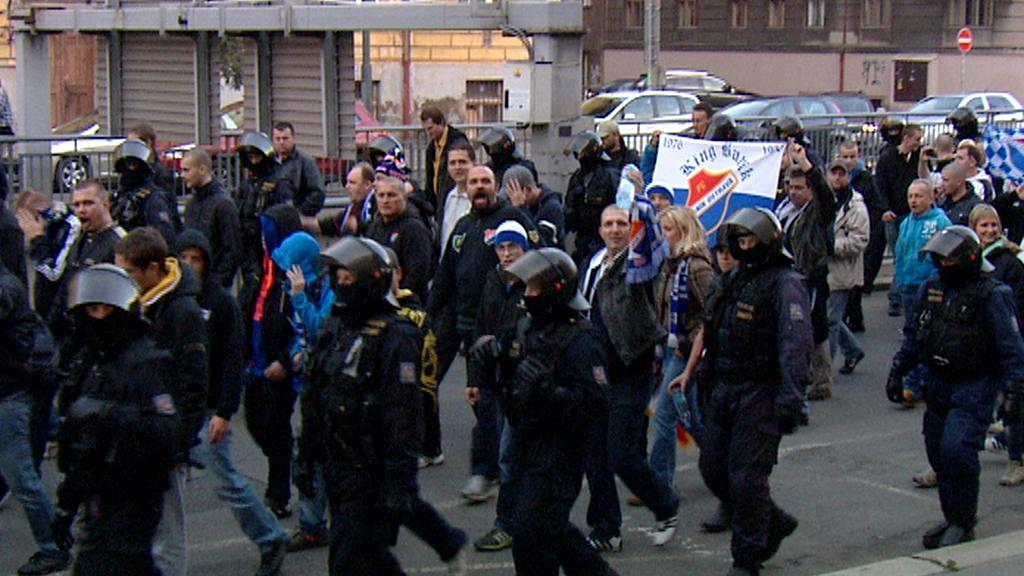 Fanoušci Baníku v doprovodu policie