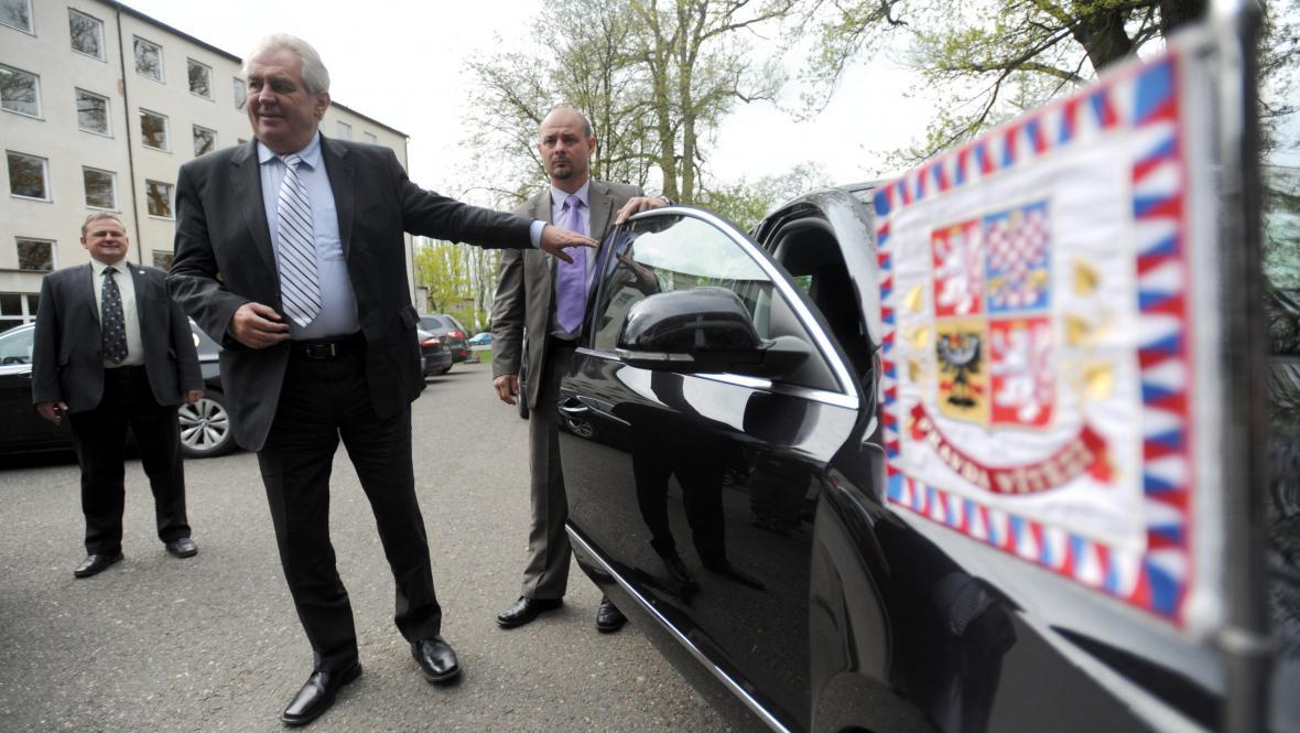 Prezident Zeman po příjezdu na jednání ČSTV
