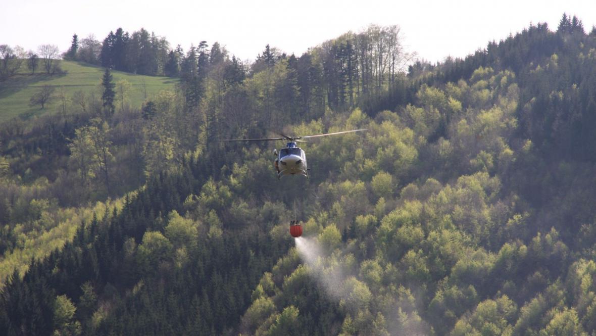 Vrtulník hasičům výrazně pomohl