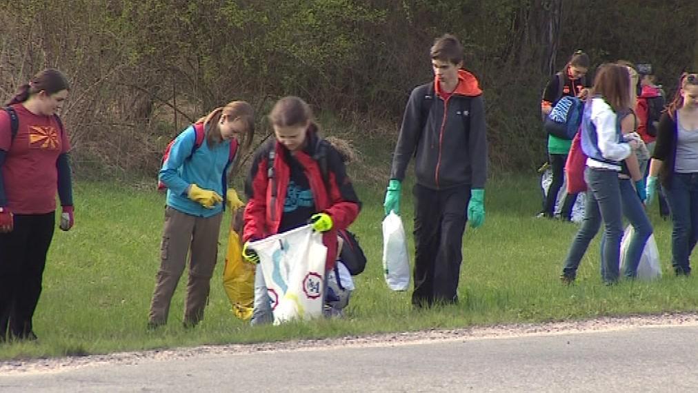Taškami s odpadem děti naplnily několik kontejnerů