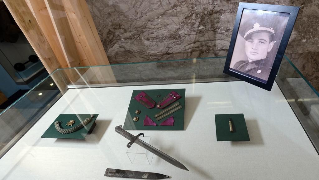 Předválečné fotografie, dopisy a části vojenského stejnokroje nalezené při rekonstrukci Kubišova rodného domu