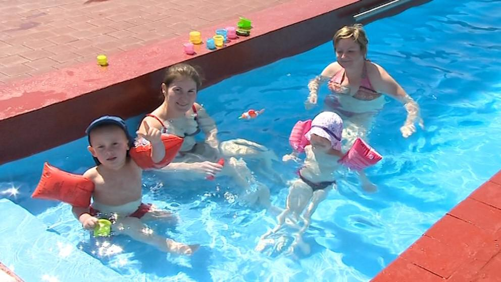 Díky vyhřívanému bazénu se dnes v Kostelci už koupalo