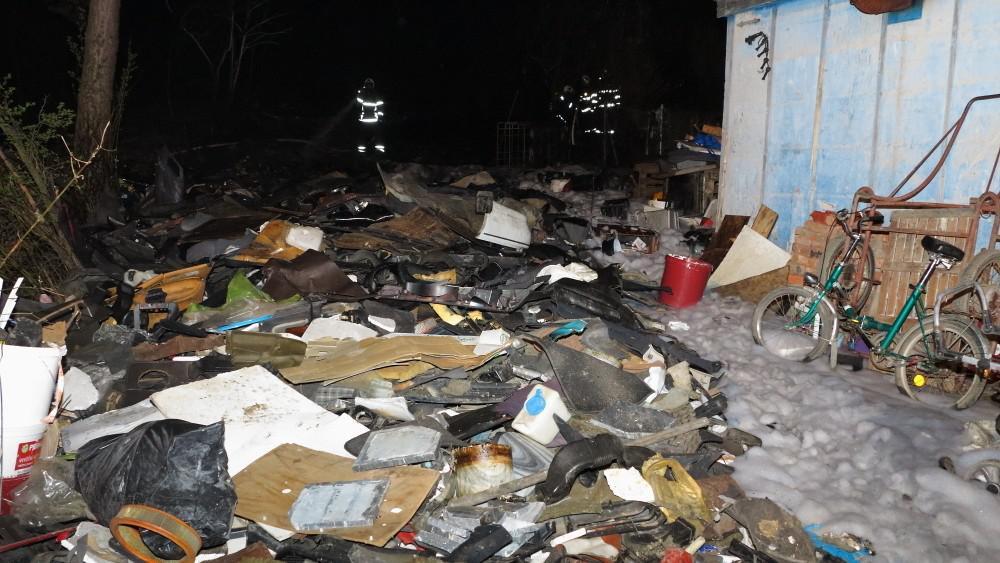 Při požáru shořel především plastový odpad