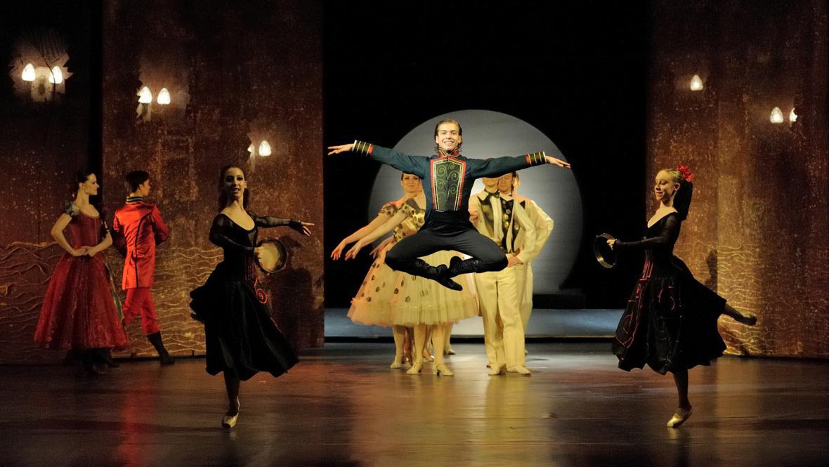Scéna ze 3. dějství, v popředí Chiara Lo Piparo, Filip Staněk, Michaela Vápeníková (italský tanec)