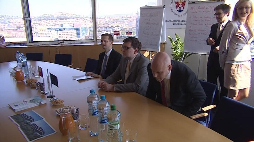 Ministr dopravy Stanjura (uprostřed) na brněnské návštěvě