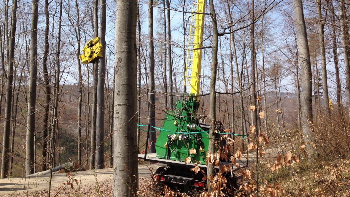 Jednotlivé klády může lanovka stěhovat i stovky metrů