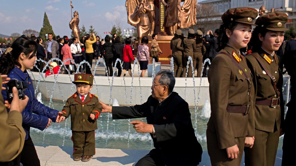 Malý Severokorejec ve vojenské uniformě