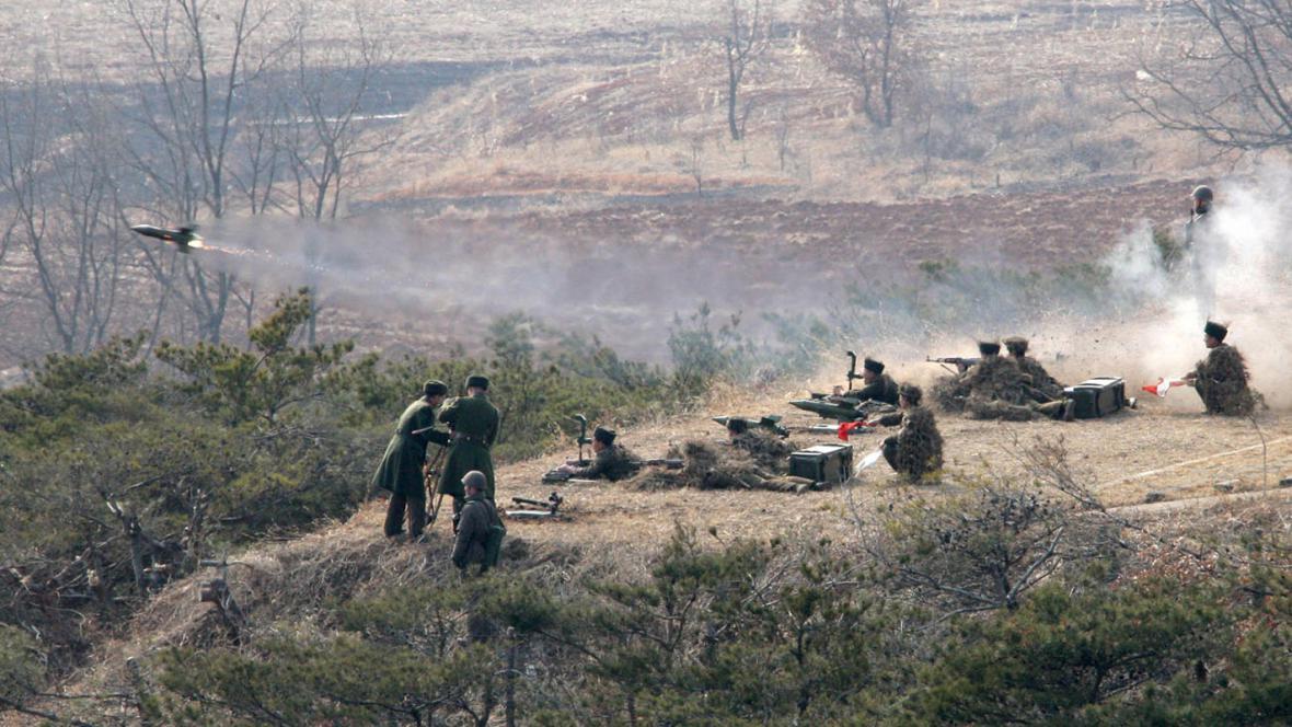 Cvičení severokorejského dělostřelectva