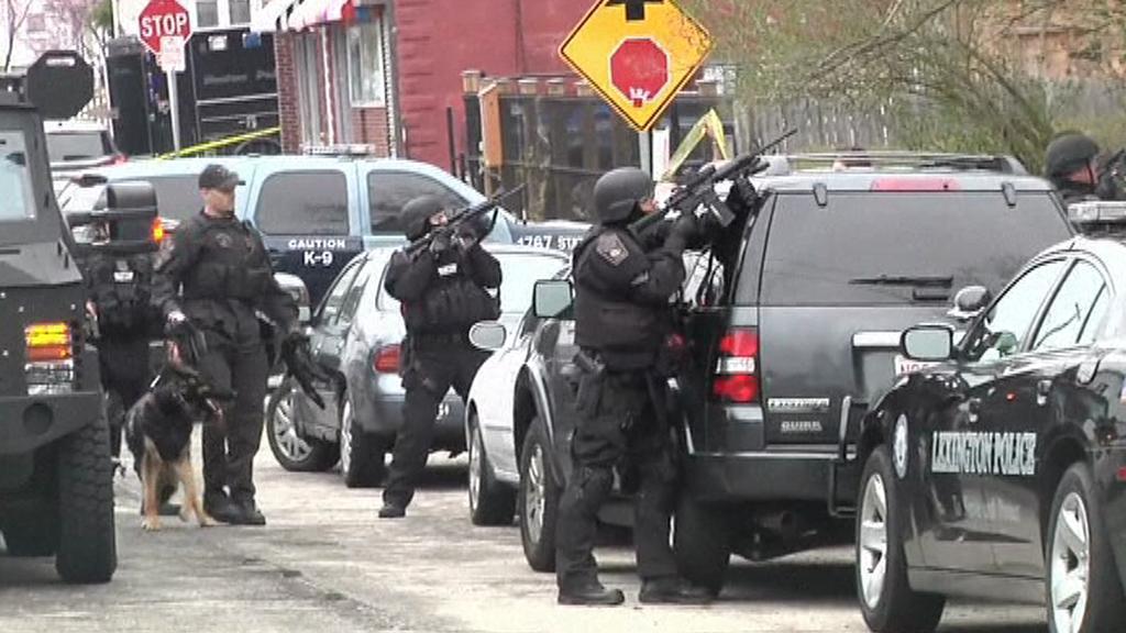 Bezpečnostní síly v Bostonu prohledávají dům po domu