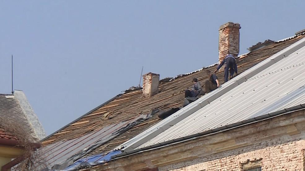 Dělníci se pustili do oprav střechy, kterou dovnitř zatékalo