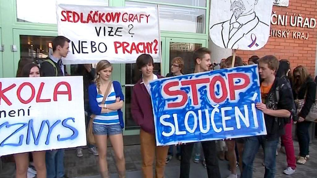 Protest gymnazistů před krajským úřadem