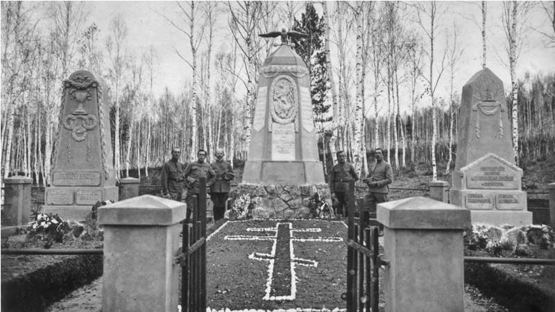Pomníky u společného hrobu na Glazkovském hřbitově v Irkutsku odhalené v říjnu 1918