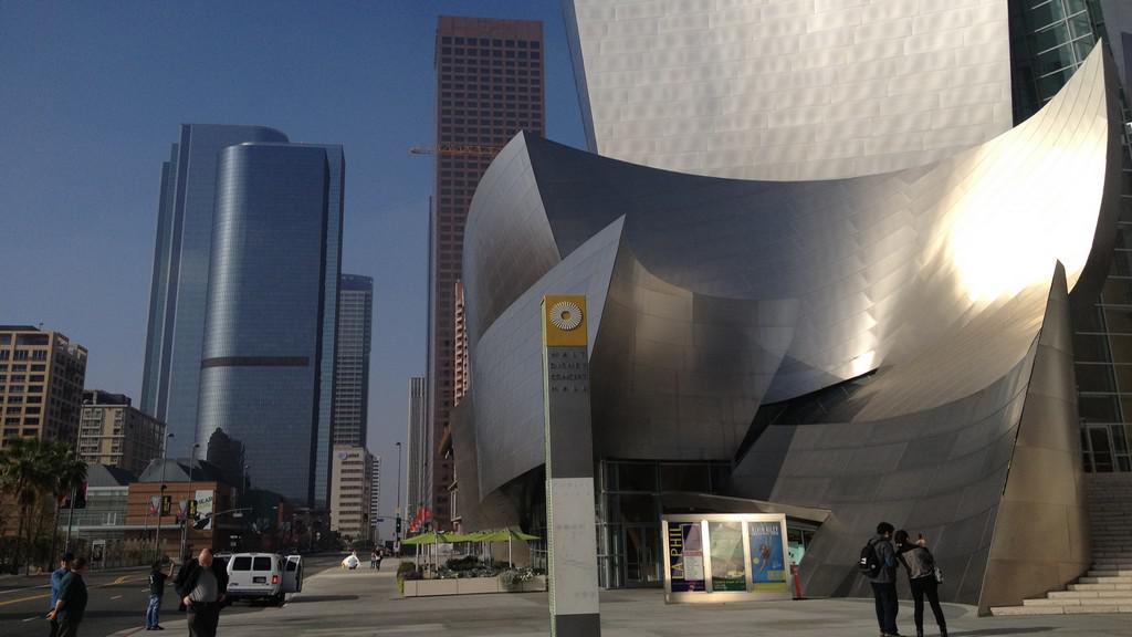 Walt Disney Concert Hall a budovy downtownu