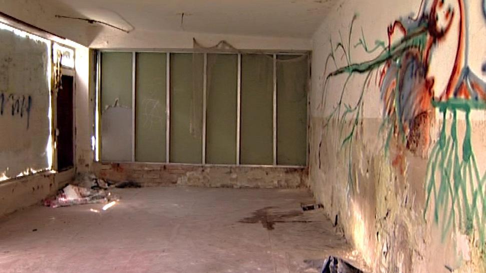 Vnitřek budovy je zdevastovaný