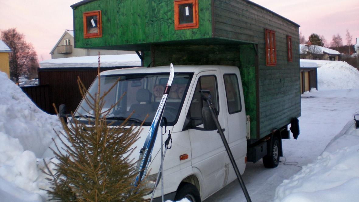 Potřebné vybavení na severu: lyže a vánoční stromek