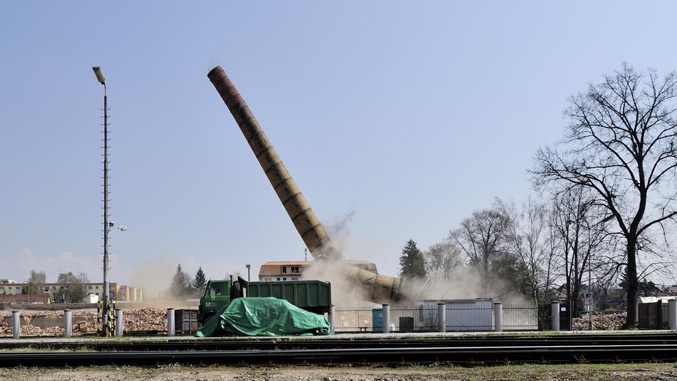 Odstřel komína v Rychnově nad Kněžnou