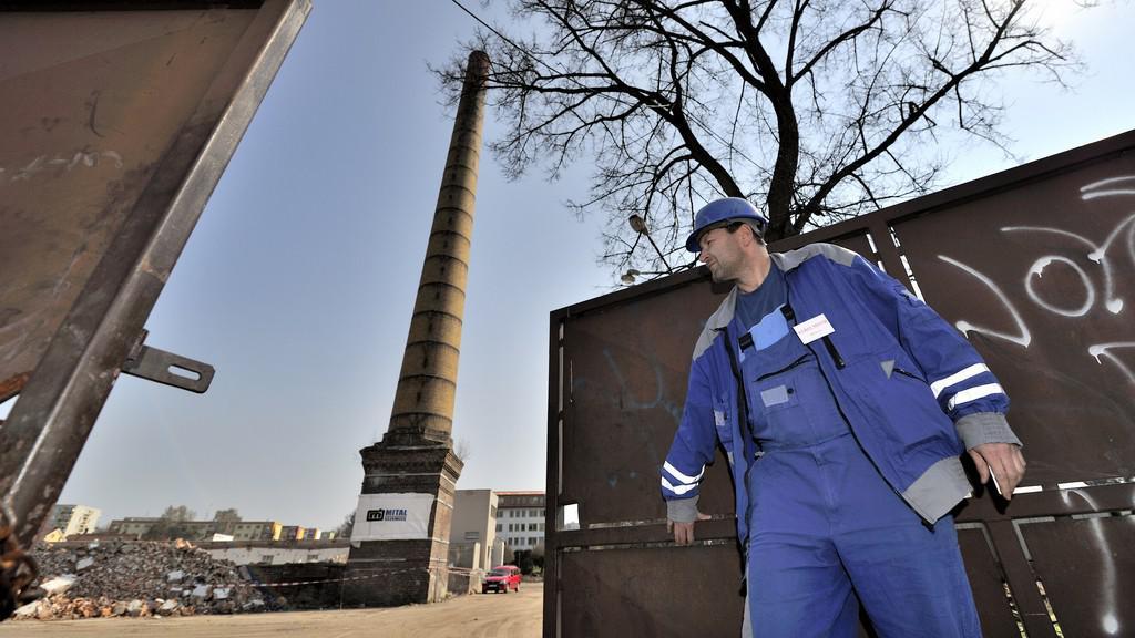 Přípravy na odstřel komína v Rychnově nad Kněžnou
