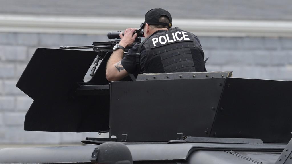 Člen zvláštní jednotky policie SWAT při zásahu